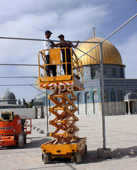 Palestinian workers put the sunshades on the Dome of the Rock mosque in preparation for receive the holy month of Ramadan, in Jerusalem's old city on May 28, 2012. Photo by Mahfouz Abu Turk