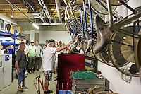 Teilnehmer der Radtour im Materiallager des RC03 Worfelden im Bürgerhaus Worfelden, Kurt Sauerborn nimmt die Räder unter die Lupe