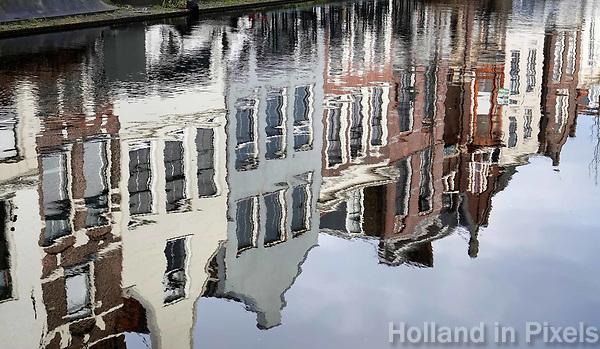 Nederland - Gouda - December 2018.  Huizen aan de Turfmarkt weerspiegeld in het water.   Foto Berlinda van Dam