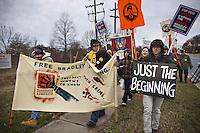 JL015 MARYLAND (ESTADOS UNIDOS) 16/12/2011.- Ciudadanos piden la liberación del soldado estadounidense Bradley Manning, frente a las puertas de la base militar Fort Meade hoy, viernes 16 de diciembre de 2011 en Maryland (Estados Unidos). El soldado estadounidense Bradley Manning, sospechoso de filtrar miles de documentos secretos a WikiLeaks, se enfrenta hoy en Fort Meade a una primera audiencia para determinar si debe ser juzgado por un tribunal militar u ordinario. EFE/Jim Lo Scalzo