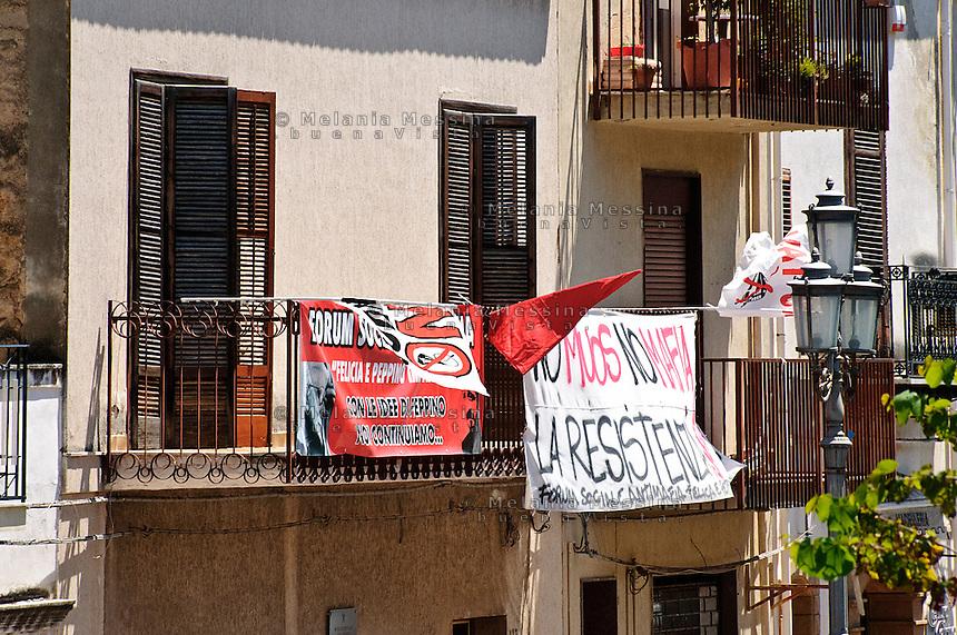 I balconi della casa del boss Gaetano Badalamenti, confiscata alla mafia e assegnata a radio 100 passi.<br /> The former boss Badalamenti house now occupied by the activists of 100 passi radio