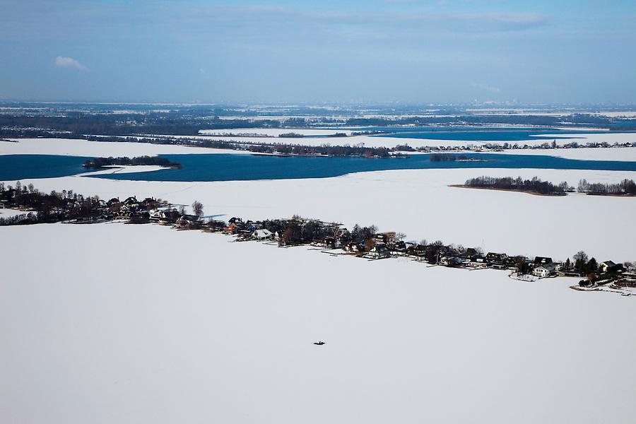 Nederland, Utrecht, Nieuw-Looosdrecht, 31-01-2010; Loosdrechtsche Plassen, de ondiepe plas in de voorgrond, De Breukelveensche- of Stille Plas is bevroren, maar schaatsen is onmogelijk door de sneeuw..De Eerste en Tweede Plas zijn nog open..The lakes are partially frozen, but ice skating is impossible becuase of the the snow.luchtfoto (toeslag), aerial photo (additional fee required).foto/photo Siebe Swart