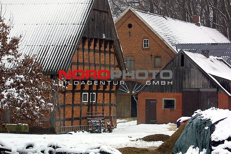 Nortrup, DEU, 27.12.2000:<br /> Der erste BSE Fall in Niedersachsen im Landkreis Osnabrueck in der Naehe von Bersenbrueck.<br /> Aus dem Viehbestand des Bauerns stammt das erste BSE- erkrankte Kuh.<br /> Blick auf den Hof in Nortrup<br /> <br /> <br /> [Foto &copy; nordphoto -  Foto ist honorarpflichtig! zzgl. gesetzl. MwSt. Belegexemplar erforderlich <br /> Bankverbindung: Kreissparkasse Diepholz; Konto Nr. 7419 / BLZ 25651325 Telefon: 04441-89400 / Fax: 04441-894022<br />  http://www.nordphoto.de / info @ nordphoto.de]