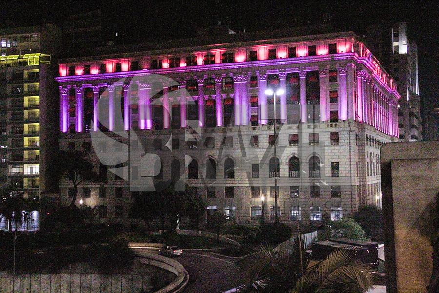 SÃO PAULO, SP, 30.09.2018 - OUTUBRO-ROSA - Shopping Ligth no Viaduto do Chá em São Paulo é vistos iluminado de cor de rosa em apoio a campanha mundial Contra o Câncer de Mama neste domingo, 30 (Foto: Nelson Gariba/Brazil Photo Press)