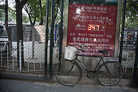 Cina, Pechino, bicicletta davanti al cartello indicante 347 giorni alle Olimpiadi del 2008<br />