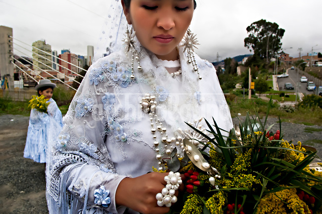 Sesión fotográfica para Ana Palza del 18/03/2017 en La Paz, Bolivia. Parte vestido de novia y accesorios para mujeres de polleras. Locación: puentes trillizos/San Jorge The designs of the Bolivian Ana Palza, well-known Bolivian craftswoman for her jewels and who has now embarked on the conquest of haute couture and organizes a great fashion show of Bolivian cholitas that you want to present in Paris, with a collection of garments that pays homage to the architect Freddy Mamani, known as the Bolivian Gaudi.