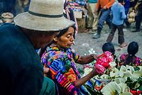 Guatemala, mercato di Chichicastenango. Donne indigene vendono fiori.<br /> Guatemala, Chichicastenango market.Indigenous women sell flowers.
