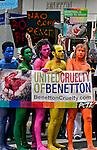 Ativistas da ONG PETA em manifestação conta a Benetton. São Paulo. 2005. Foto de Caetano Barreira.