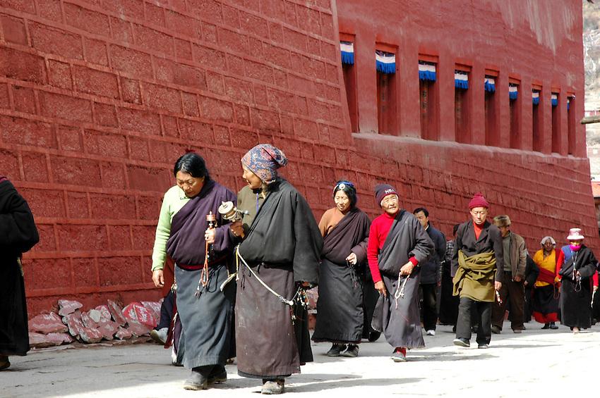 The faithful circle the Bakong Monastery, Dege - Mrch 20, 2008 - Michael Benanav - 505-579-4046