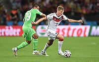 FUSSBALL WM 2014                ACHTELFINALE Deutschland - Algerien               30.06.2014 Saphir Taider (li, Algerien) gegen Toni Kroos (re, Deutschland)