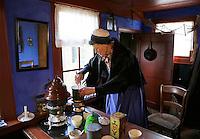 Enkhuizen Zuiderzeemuseum. Vrouw kookt eten op een petroleumstel in een oud vissershuisje uit Urk