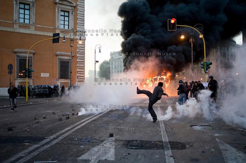 Un veicolo dei carabinieri incendiato in Piazza San Giovanni.<br /> A vehicule of Carabinieri is set on fire in the city centre
