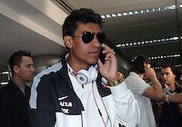 SAO PAULO, SP, 21 FEVEREIRO 2013 - Paulinho  no desembarque da equipe do Corinthians após partida contra o San Jose da Bolivia valioda pela taca Libertadores da America, no aeroporto de Cumbica , em Guarulhos. nesta quarta feira 21. (FOTO: ALAN MORICI / BRAZIL PHOTO PRESS).