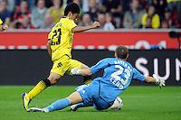 FUSSBALL   1. BUNDESLIGA   SAISON 2011/2012    4. SPIELTAG Bayer 04 Leverkusen - Borussia Dortmund              27.08.2011 Torwart Bernd LENO (re, Leverkusen) rettet vor Shinji KAGAWA (li, Dortmund)