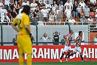 SÃO PAULO, SP, 26 AGOSTO DE 2012 - CAMPEONATO BRASILEIRO - CORINTHIANS x SÃO PAULO: Luis Fabiano comemora seu segundo gol durante partida Corinthians x São Paulo,  válida pela 19ª rodada do Campeonato Brasileiro de 2012, em partida disputada no Estádio do Pacaembu em São Paulo. FOTO: LEVI BIANCO - BRAZIL PHOTO PRESS