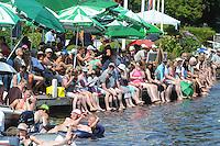 SKUTSJESILEN: DE VEENHOOP: 20-07-2013, SKS skûtsjesilen, afgelast wegens te weinig wind, publiek zoekt verkoeling in het water, ©foto Martin de Jong