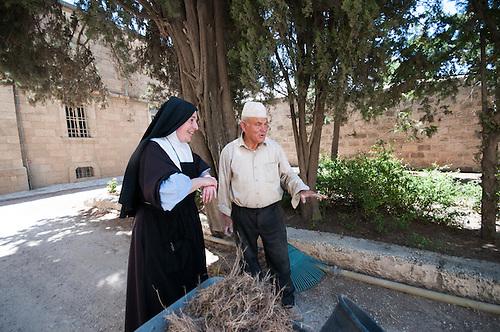 Jerusalem, mai 2011. Monastere des Clarisses de Jerusalem. La mere superieure discute avec le jardinier.