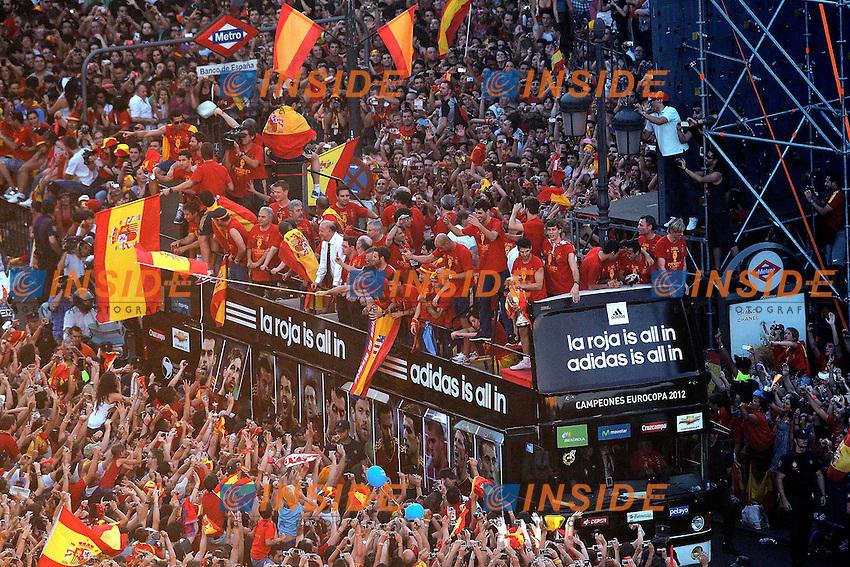 Spanish team  celebrates with supporters the Eurocope at Cibeles's square.Jule, 2,2012.(ALTERPHOTOS/Alconada) .Festeggiamenti Nazionale Spagna dopo la vittoria nel campionato europeo di Calcio 2012 in Polonia e Ucraina.Madrid 2/7/2012.Foto Insidefoto