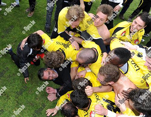 2012-04-22 / Voetbal / seizoen 2011-2012 / Berchem Sport kampioen / De spelers stortten zich op trainer Bart Selleslags..Foto: Mpics.be