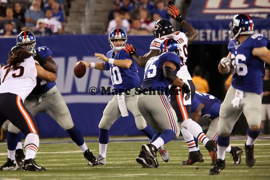 QB Eli Manning (Giants) wirft, bevor DT Henry Melton (Bears) ihn erreicht