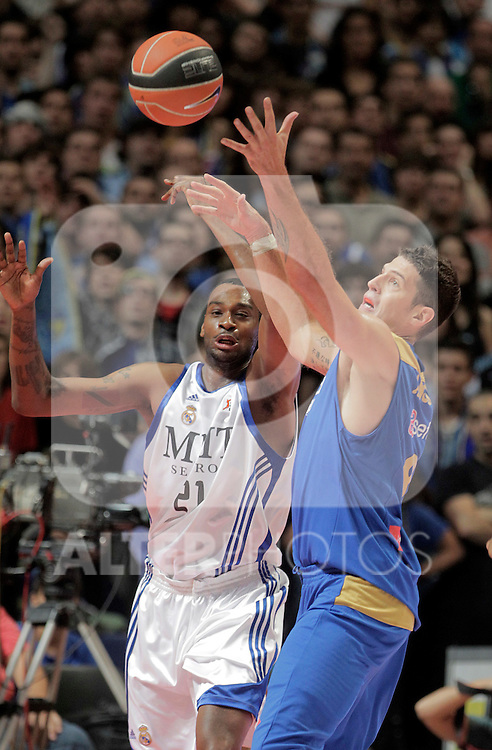 Asefa Estudiantes' Josh Asselin (r) and Real Madrid's D'or Fischer during ACB match.September 30,2010. (ALTERPHOTOS/Acero)