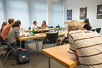 Katrin Goering-Eckardt, Fraktionsvorsitzende von Buendnis 90/Die Gruenen (Bildmitte), besuchte am Mittwoch den 8. August 2018 den Berliner Mietverein. Sie sprach dort mit Mieterinnen und Mietern ueber deren Erfahrungen mit Vermietern und Hausbesitzern und mit verschiedenen Mietern. Von Mitarbeiterinnen und Mitarbeitern des Berliner Mieterverein e.V. lies sie sich von den Beratungserfahrungen des Vereins berichten.<br /> Links von Goering-Eckardt: Reiner Wild, Geschaeftsfuehrer Berliner Mieterverein e.V..<br /> 8.8.2018, Berlin<br /> Copyright: Christian-Ditsch.de<br /> [Inhaltsveraendernde Manipulation des Fotos nur nach ausdruecklicher Genehmigung des Fotografen. Vereinbarungen ueber Abtretung von Persoenlichkeitsrechten/Model Release der abgebildeten Person/Personen liegen nicht vor. NO MODEL RELEASE! Nur fuer Redaktionelle Zwecke. Don't publish without copyright Christian-Ditsch.de, Veroeffentlichung nur mit Fotografennennung, sowie gegen Honorar, MwSt. und Beleg. Konto: I N G - D i B a, IBAN DE58500105175400192269, BIC INGDDEFFXXX, Kontakt: post@christian-ditsch.de<br /> Bei der Bearbeitung der Dateiinformationen darf die Urheberkennzeichnung in den EXIF- und  IPTC-Daten nicht entfernt werden, diese sind in digitalen Medien nach &sect;95c UrhG rechtlich geschuetzt. Der Urhebervermerk wird gemaess &sect;13 UrhG verlangt.]