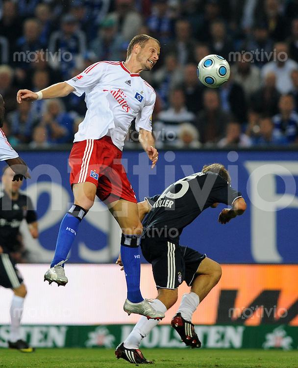 FUSSBALL  1. BUNDESLIGA   SAISON 2009/2010   7. SPIELTAG Hamburger SV - FC Bayern Muenchen                     26.09.2009 David ROZEHNAL (li, Hamburg) gegen Thomas MUELLER (re, Bayern)