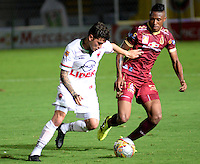 IBAGUÉ -COLOMBIA, 12-08-2015. Victor Giraldo (Der) jugador de Deportes Tolima disputa el balón con Uvaldo Luna (Izq) jugador del Patriotas FC por la fecha 16 de la Liga Aguila II 2016 jugado en el estadio Manuel Murillo Toro de la ciudad de Ibagué./ Victor Giraldo (L) player of  Deportes Tolima vies for the ball with Uvaldo Luna (R) player of Patriotas FC for the date 16 of the Aguila League II 2016 played at Manuel Murillo Toro stadium in Ibague city. Photo: VizzorImage / Juan Carlos Escobar / Str