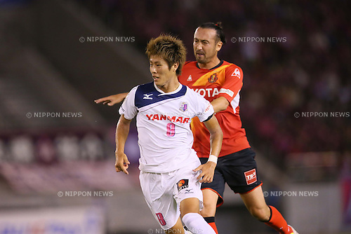 (L-R) Yoichiro Kakitani (Cerezo), Marcus Tulio Tanaka (Grampus), AUGUST 24, 2013 - Football / Soccer : <br /> 2013 J.LEAGUE Division 1<br /> match between Nagoya Grampus 1-1 Cerezo Osaka<br /> at Mizuho Athletic Stadium in Aichi, Japan. (Photo by AFLO SPORT) [1156]