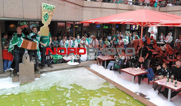 DFB Pokal 2008/2009 - Finale 30.05.2009 Maenner<br /> <br /> Bayer Leverkusen - Werder Bremen<br /> <br /> vor dem Spiel wurde bei der Berliner Ged&auml;chtniskirche kr&auml;ftig im Vorfeld gefeiert<br /> <br /> Foto &copy; nph (  nordphoto  )<br /> <br />  *** Local Caption *** <br /> Fotos sind ohne vorherigen schriftliche Zustimmung ausschliesslich f&uuml;r redaktionelle Publikationszwecke zu verwenden.<br /> <br /> Auf Anfrage in hoeherer Qualitaet/Aufloesung