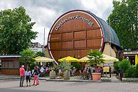 Deutschland, Rheinland-Pfalz, Deutsche Weinstrasse, Bad Duerkheim: Das Duerkheimer Riesenfass, meist nur Fass oder im Dialekt Daergemer Fass genannt beherbergt ein Restaurant | Germany, Rhineland-Palatinate, German Wine Route, Bad Duerkheim: The Giant Barrel - a popular restaurant with tourists