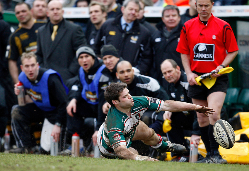 Photo: Richard Lane/Richard Lane Photography..Leicester Tigers v London Wasps. Guinness Premiership. 29/03/2008. Tigers' Dan Hipkiss drops on the ball as the Wasps bench look on.