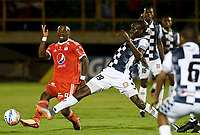 TUNJA - COLOMBIA, 07-10-2018: Oscar Balanta (Der) jugador de Boyacá Chicó FC disputa el balón con Cristian Dajome (Izq) jugador de America de Cali durante partido por la fecha 13 Liga Águila II 2018 realizado en el estadio La Independencia en Tunja. / Oscar Balanta (R) player of Boyaca Chico FC fights for the ball with Cristian Dajome (L) player of America de Cali during match for the date 13 of Aguila League II 2018 played at La Independencia stadium in Tunja. Photo: VizzorImage / Julian Medina / Cont