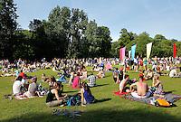 Roots festival in het Oosterpark in Amsterdam. Mensen relaxen op het grasveld