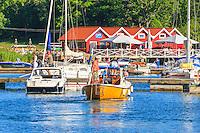 En motorbåt lägger till i gästhamnen på  Grinda i Stockholms skärgård