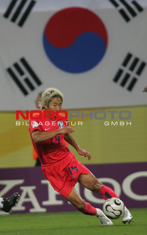 FIFA WM 2006 -  Gruppe D  Vorrunde ( Group D )<br /> Play   #29 (18-Jun) - Frankreich - Korea 1:1<br /> <br /> Chun Soo Lee von Korea in Einzel Aktion.<br /> Chun Soo Lee spielt den Ball. Im Hintergrund die Nationalflagge von Korea.<br /> <br /> Foto &copy; nordphoto