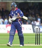 .29/06/2002.Sport - Cricket - .NatWest triangler Series England - Sri Lanka - India.England vs india 50 overs.  Lord's ground.England batting -  Nasser Hussian walk's.
