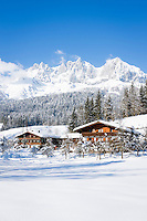 Austria, Tyrol, near ski resort Going: Tyrolean farmhouses and Wilder Kaiser Mountains | Oesterreich, Tirol, bei Going: Tiroler Bauernhaeuser vor dem Wilden Kaiser Gebirge