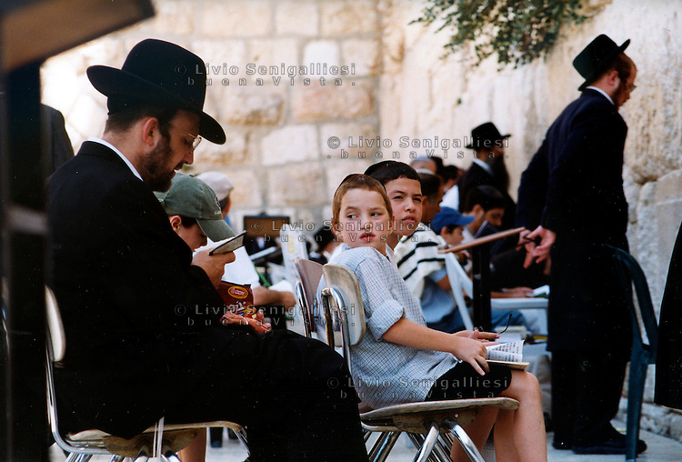 Gerusalemme / Israele.Ebrei in preghiera al 'Muro del pianto'..Foto Livio Senigalliesi..Jerusalem / Israel.Jews pray at the wailing wall..Photo Livio Senigalliesi