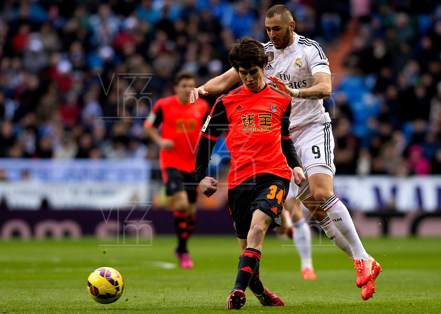 MADRID - ESPAÑA - 31-01-2015: Karim Benzema (Der.) jugador de Real Madrid, disputa el balon con Aritz (Izq.) jugador de La Real Sociedad durante partido de La Liga de BBVA de España, 2015 Real Madrid  y La Real Sociedad en el estadio Santiago Bernabeu de la ciudad de Madrid, España. / Karim Benzema (R) player of Real Madrid vies for the ball with Aritz (L) player of La Real Sociedad, during a match between Real Madrid and La Real Sociedad for the La Liga de BBVA de España 2015 in the Santiago Bernabeu stadium in Madrid, Spain  Photo: Asnerp / Patricio Realpe / VizzorImage.