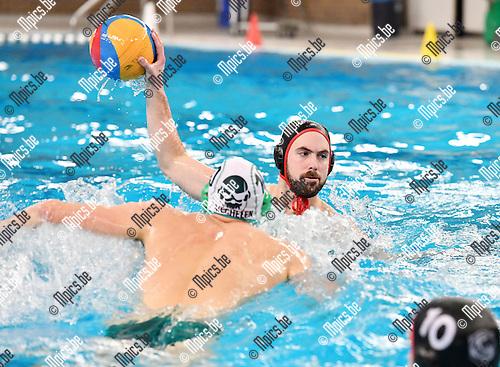 2017-02-11 / Waterpolo / Seizoen 2016-2017 / Mechelen - Antwerpen / Ruben Cools rept zich richting Nick De Backer van Antwerpen<br /> <br /> ,Foto: Mpics.be