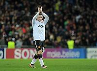 FUSSBALL   CHAMPIONS LEAGUE   SAISON 2011/2012     23.11.2011 FC Basel - Manchester United ABGANG ManU;  Wayne Rooney  enttaeuscht mit Dank an die ManU Fans