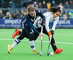 AMSTELVEEN -  Dana Luijkx (Pin) met Yasmin Geerlings (A'dam)   tijdens de hoofdklasse competitiewedstrijd dames, Pinoke-Amsterdam (3-4). COPYRIGHT KOEN SUYK