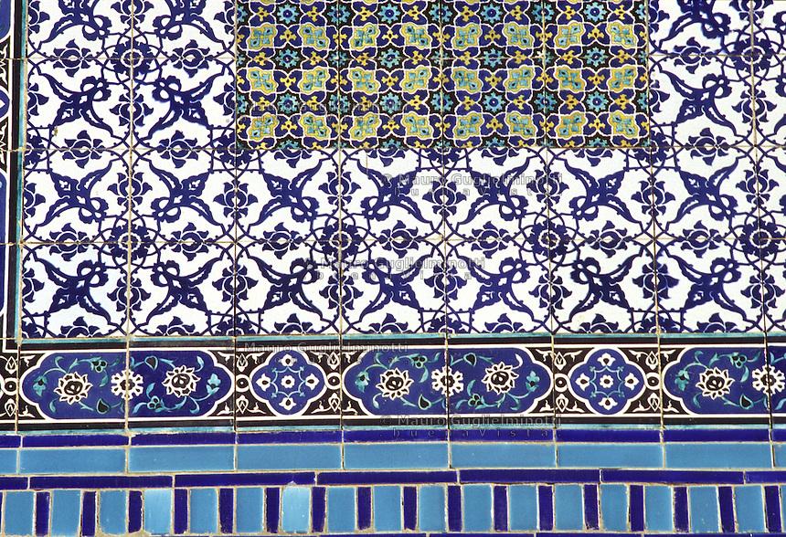 Israele; Gerusalemme: particolare della facciata del Duomo della Roccia o Moschea della Roccia, riccamente decorato con maioliche colorate.