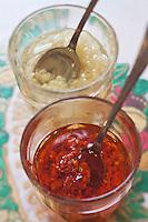 Europe/Voïvodie de Petite-Pologne/Cracovie: Sauces: Huile à l'ail et Huile au piment  au restaurant: Polakowski