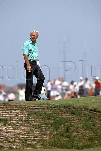 1990: Portrait of ARNOLD PALMER (USA) walks alongside a bumker during the Brtish Open Championship, St Andrews. Photo: Chris Barry/action plus...90 golf golfer.ball sport sports portraits