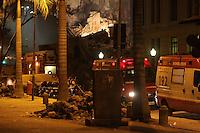 RIO DE JANEIRO, RJ, 25 DE JANEIRO DE 2012 - DESABAMENTO PREDIO CENTRO RIO DE JANEIRO - Desabamento total de pelo menos um prédio provocou destruição na região da Rua Treze de Maio, no Centro do Rio de Janeiro, na noite desta quarta-feira (25). Um terceiro prédio, de menores proporções, também pode ter desabado, segundo testemunhas. A Defesa Civil Estadual informou que o desabamento deixou 11 vítimas, entre mortos e feridos, um deles retirado do meio dos escombros. Três dos feridos receberam atendimento no Hospital Souza Aguiar, entre eles uma mulher de 30 anos, com ferimento na cabeça, e um homem de 37 anos, com trauma abdominal. (FOTO: GUTO MAIA - NEWS FREE).