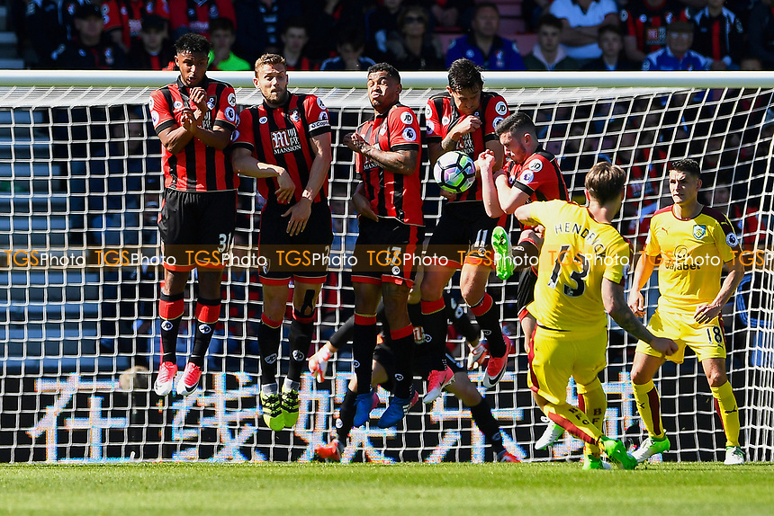 Jeff Hendrick of Burnley takes a free kick during AFC Bournemouth vs Burnley, Premier League Football at the Vitality Stadium on 13th May 2017
