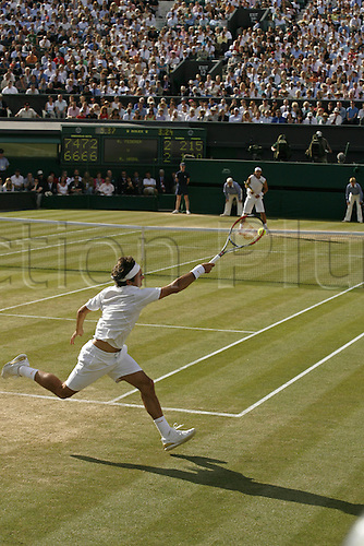 8 July 2007: Swiss player Roger Federer (SUI) plays a forehand during the men's singles final against Nadal at the All England Lawn Tennis Championships, Wimbledon. Federer won 7-6, 4-6, 7-6, 2-6, 6-2 Photo: Glyn Kirk/actionplus...070708 player man