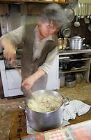 """Europe/France/Auvergne/12/Aveyron/Livinhac-le-Haut: Restaurant """"Druilhe"""" - Préparation du stockfish (ou estofinade ou estofinado) - Madame Druilhe mère mélange le stockfish [Non destiné à un usage publicitaire - Not intended for an advertising use] [<br /> PHOTO D'ARCHIVES // ARCHIVAL IMAGES<br /> FRANCE 2000"""